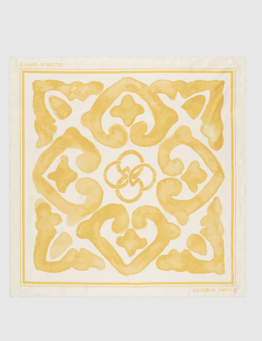 Pañuelo de seda Gloria Ortiz con estampado amarillo