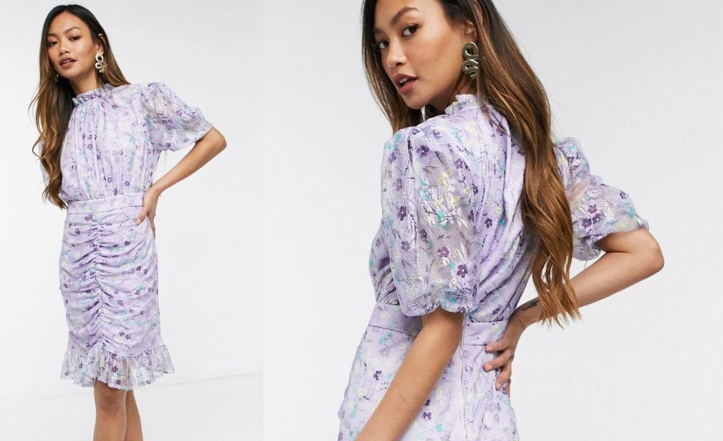 Vestido corto lila con estampado floral y detalle fruncido de malla de Forever U
