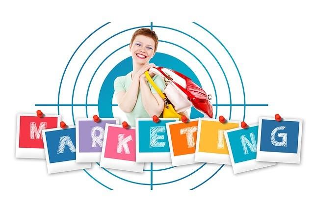 Mujer con bolsas y la palabra marketing.
