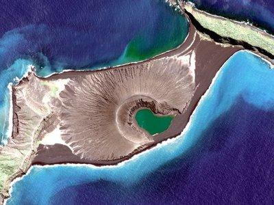 Esta isla nació en el Pacífico en 2015 y se niega a morir, ahora somos testigos de su fascinante transformación