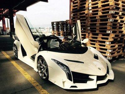 Yo si pudiese también le regalaría a mi novia un Lamborghini Veneno Roadster