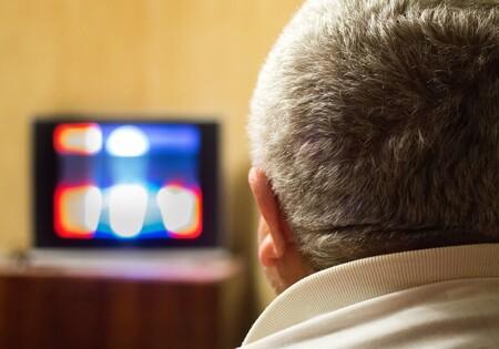 Los adultos mayores en México ven siete horas diarias de televisión en promedio: telenovelas es su género favorito