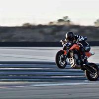 ¡Disfruta del sábado! Mira a la visceral KTM 790 Duke rodando a cuchillo en Monteblanco