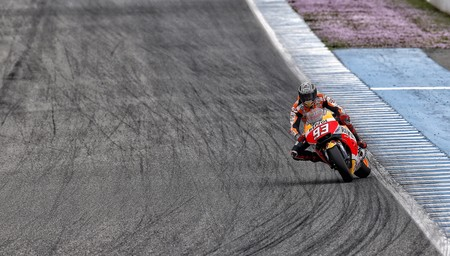 Marc Márquez se disloca el hombro entrenando en el Circuito de Jerez