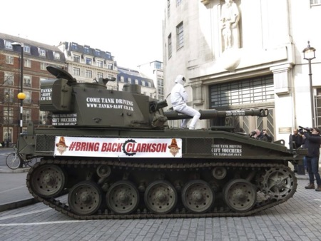 Se planta con un tanque en la puerta de la BBC para pedir que vuelva Jeremy Clarkson a Top Gear