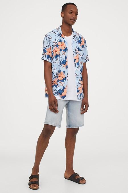 Looks de playa que encontrarás en rebajas: camisetas, bermudas, y camisas con las que presumir de estilo bajo el sol