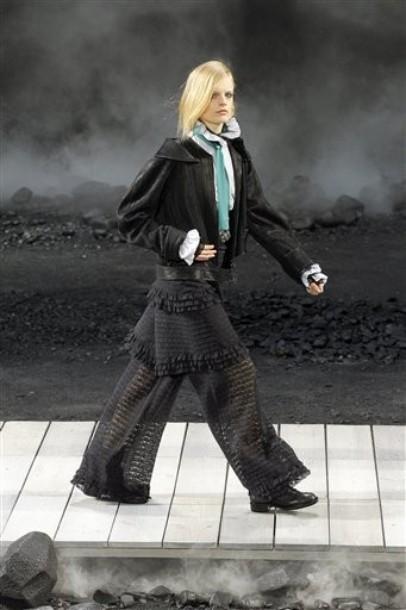 Foto de Chanel Otoño-Invierno 2011/2012 en la Semana de la Moda de París: el Apocalipsis de Karl Lagerfeld (16/17)