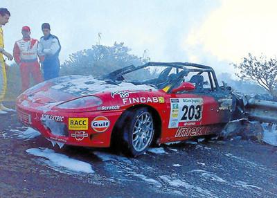 Ferrari 360 parcialmente tostado, decorado con notas de nata