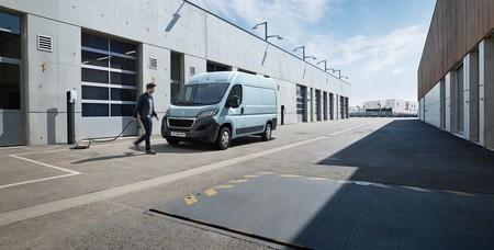 Peugeot e-Boxer: la furgoneta grande del león se vuelve eléctrica, con 120 CV y hasta 340 km de autonomía