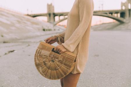 No importa que estemos en pleno invierno, un bolso de bambú está triunfando como el que más