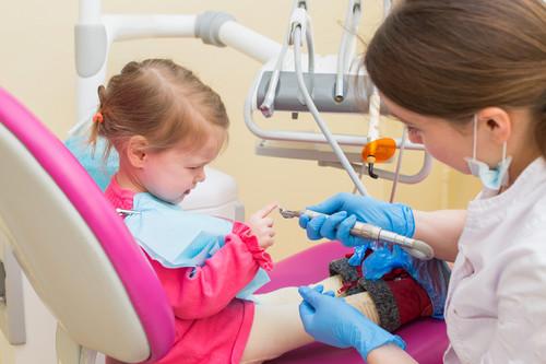 Primer visita al dentista: nueve consejos para preparar a los niños e iniciar una relación positiva