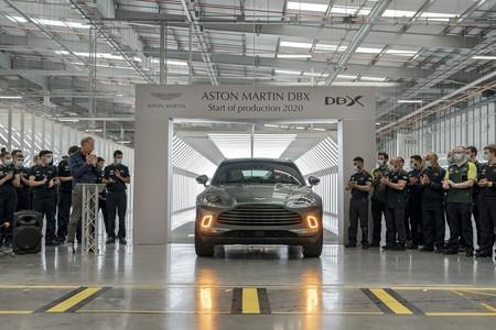 El primer Aston Martin DBX sale de la línea de producción. Llegará a los clientes a finales de este mes