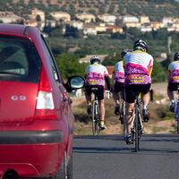 Así tendrán que adelantar los coches a los ciclistas con la nueva ley de Tráfico si no quieren ser multados por la DGT