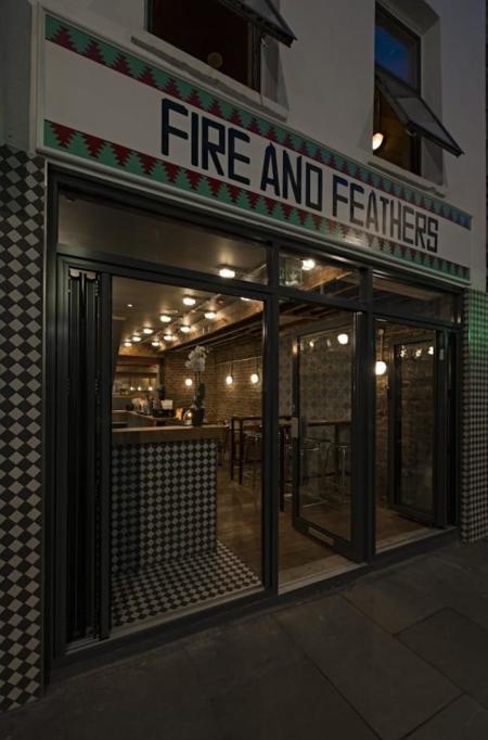 Si buscas algo distinto en Londres, Fire and Feathers es el lugar idóneo