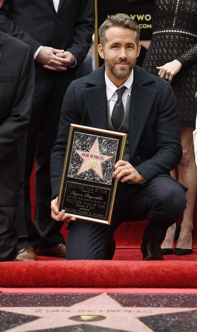 Ryan Reynols con su estrella en el paseo de la fama de Hollywood