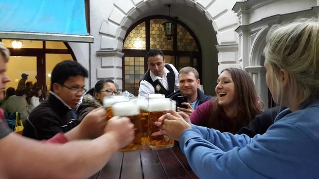 Si crees que hablas mejor inglés con un par de cervezas, enhorabuena, la ciencia te avala