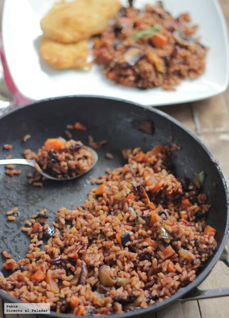 Guarnición de arroz rojo con verduras