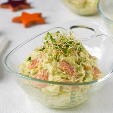 Ensaladilla con salmón marinado y aguacate, receta para aprovechar las sobras de Navidad