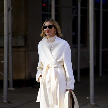 El abrigo blanco es una de las piezas más delicadas que hay, pero tenerlo a mano es todo un acierto, y el street style lo demuestra