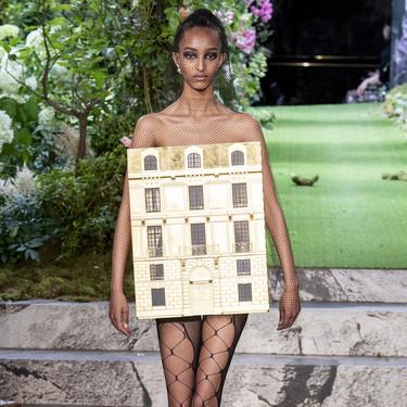 Una modelo cerró el desfile de Dior con un vestido que era una casa de muñecas de oro y tenemos las fotos