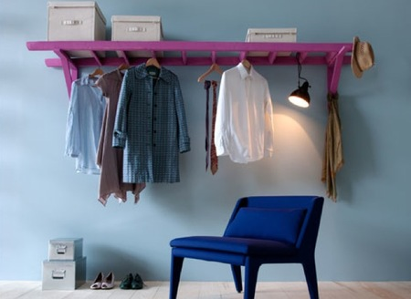 Una buena idea: una escalera de mano como colgador y lugar de almacenaje