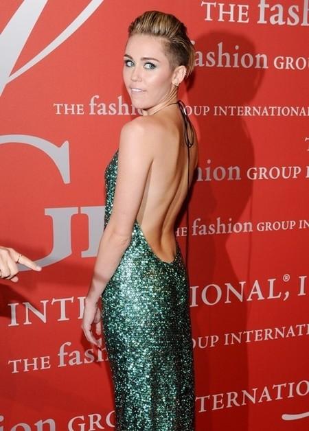 Cuando quiere, bien mona que se pone Miley Cyrus en la alfombra roja
