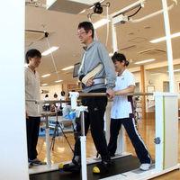 Con un motor y la ayuda justa: Toyota presenta un exoesqueleto para volver a andar tras una parálisis parcial