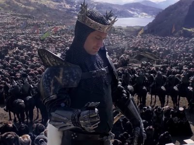 Warner lanza otro tráiler del Rey Arturo de Guy Ritchie: ¿un inevitable fracaso?