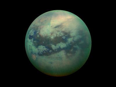 Se encuentra un tipo de molécula en la luna de Titán necesaria para la vida
