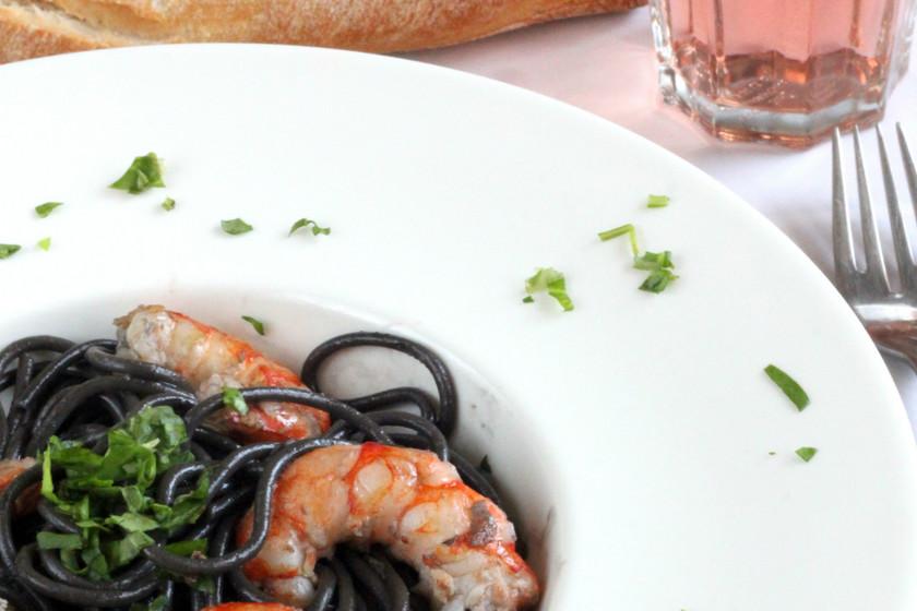 Spaghetti al nero de sepia con gambas. Receta