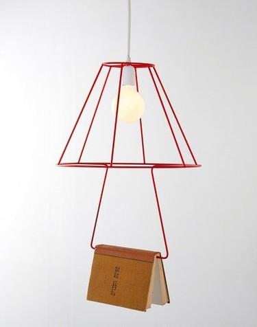 Book Lamp: una lámpara para colgar el libro que estés leyendo