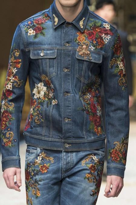 Adiós a los jeans rotos: ahora el denim se pinta de lujo con bordados para el otoño