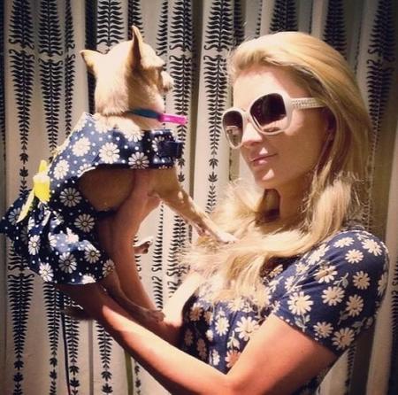Paris Hilton ya tiene nuevo entretenimiento caro: vestidos perrunos