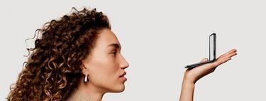 El nuevo teléfono plegable de Samsung, el Galaxy Z Flip, cabe en la palma de la mano y permite hacer fotos sin tener que abrirlo (lo hemos comprobado)