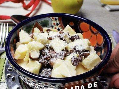 Ensalada de manzana y avellanas. Receta en video para Navidad
