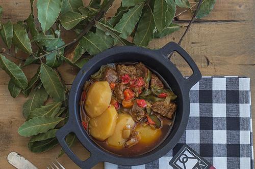 Receta de aguja de ternera guisada con pimientos y patata