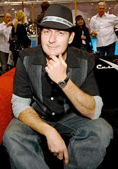 Charlie Sheen con una camisa DaVinci Collection