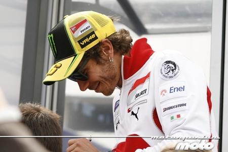 Valentino Rossi dispara contra Ducati y Barberá se cruza en el camino