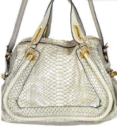 La doble asa de tu bolso con firma de diseñador