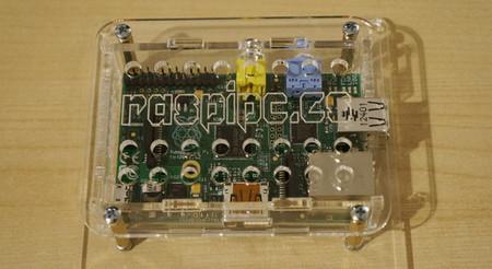 Caja con montura VESA para la Raspberry Pi, así podemos colgarla detrás de nuestro monitor o televisor