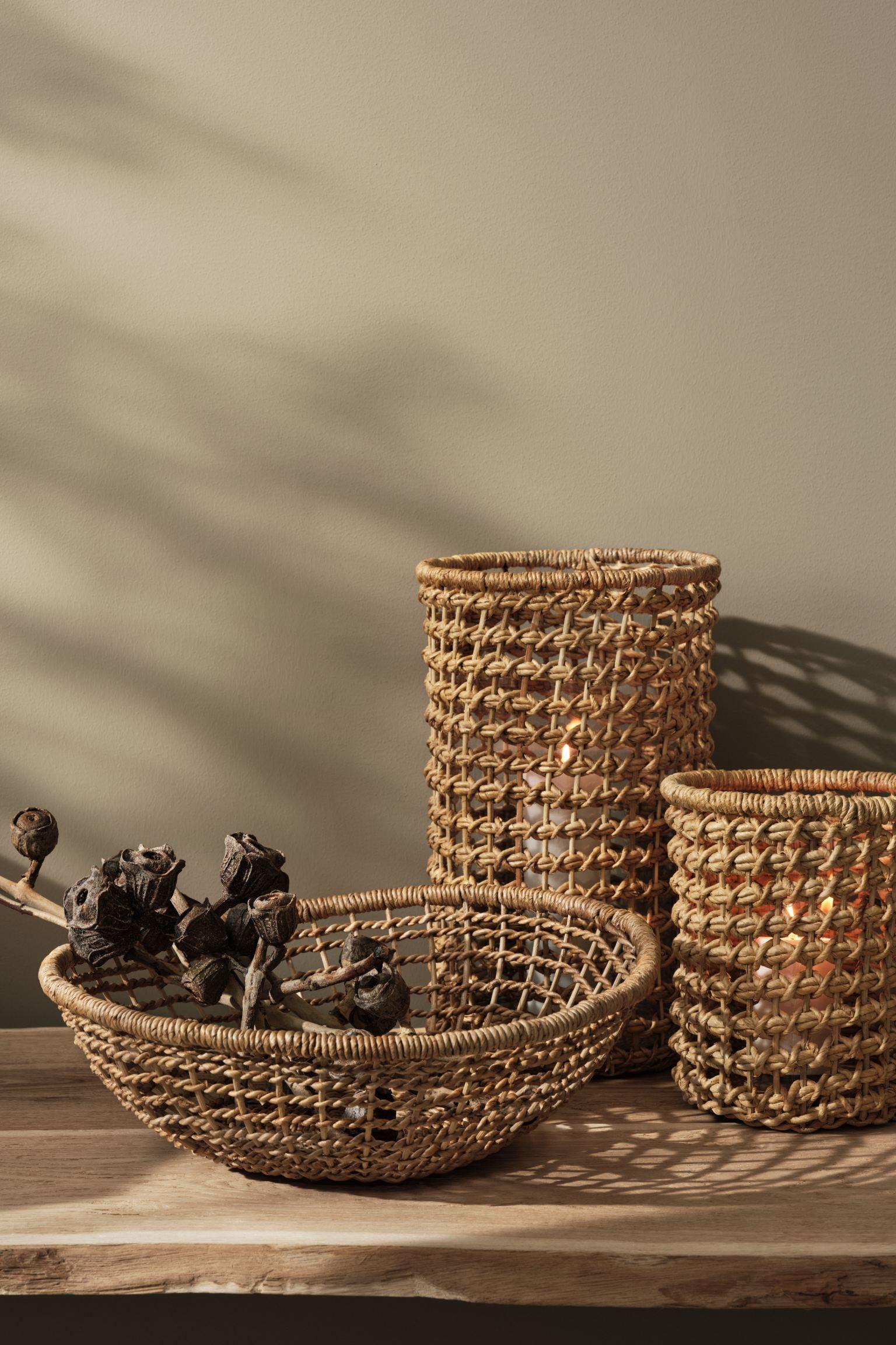 Portavelas artesanal grande en ratán y fibra de plátano trenzados