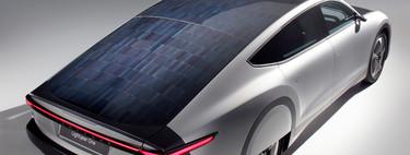 Las cuentas (imposibles) para lograr un coche solar autónomo que se recargue sólo con la luz del sol
