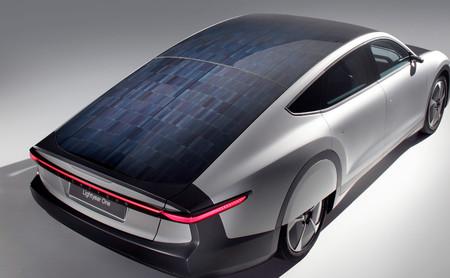 Las cuentas (imposibles) para conseguir un coche solar autónomo que se recargue sólo con la luz del sol