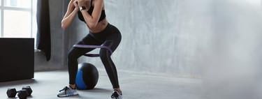 Un entrenamiento para todo tu cuerpo solo con una goma elástica para ponerte en forma en casa
