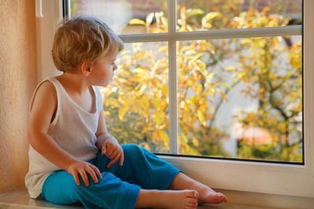 ¿Dejarías a tu hijo de cuatro años solo en casa?