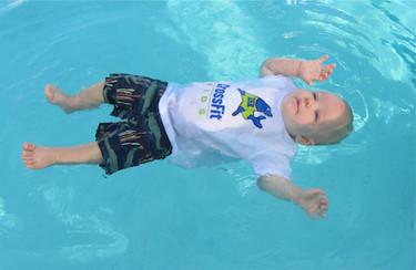 ¿Qué es el auto-rescate acuático? Bebés que aprenden a flotar con pocos meses