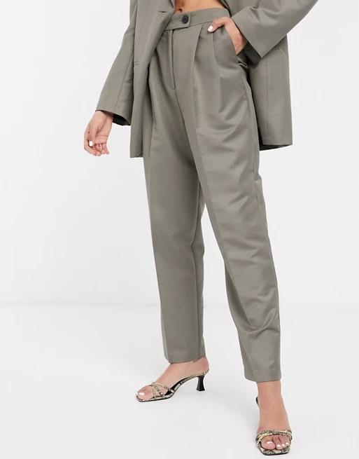 Pantalones de traje de corte dad extremo en antracita.