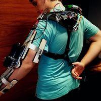 Así es el exo-brazo de código abierto que dos jóvenes ingenieros están creando por apenas 100 dólares