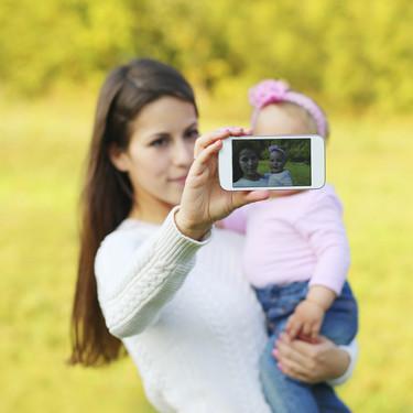 ¿Puede mi hijo denunciarme por subir fotografías suyas a las redes sociales?