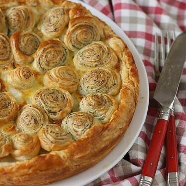 Tarta de merluza, puerros y semillas de amapola, receta  para sorprender